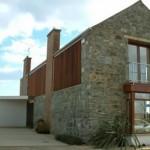 Plano de casa de cuatro dormitorios, dos plantas y revestimiento en piedra