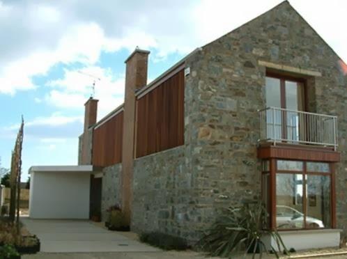 casa de cuatro dormitorios, dos plantas y revestimiento en piedra