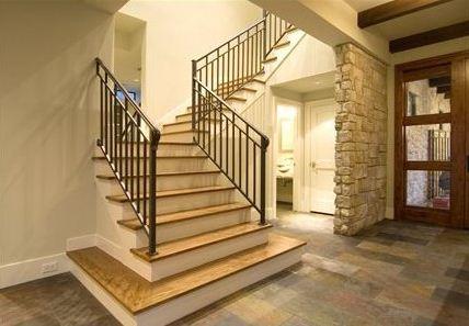 Escalera de casa moderna con 4 dormitorios y sala de juegos