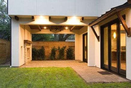 Fachada trasera de casa moderna con 4 dormitorios y sala de juegos