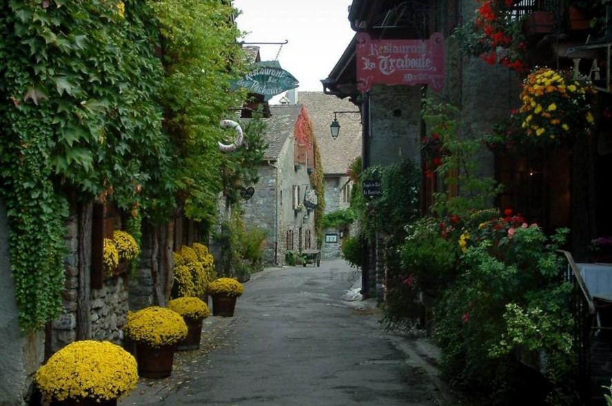 Fachadas de casas bonitas con macetas con flores