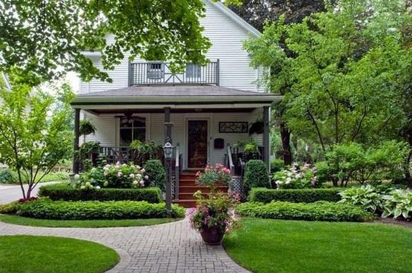 Frentes de casas con macetas bonitas