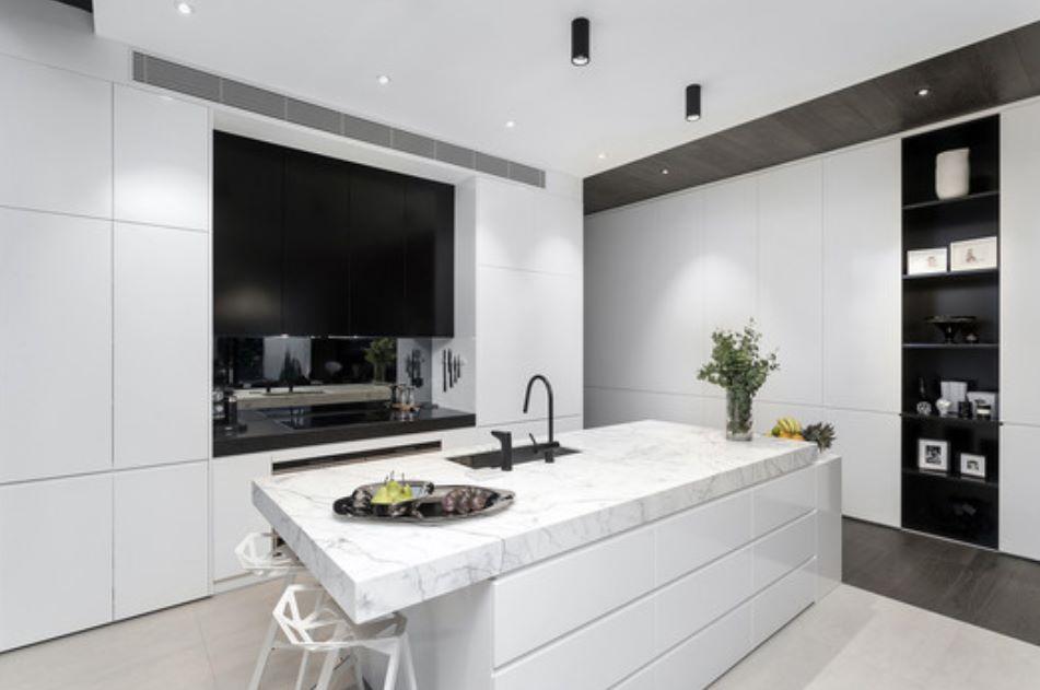 Casa angosta y larga moderna for Cocina larga y angosta