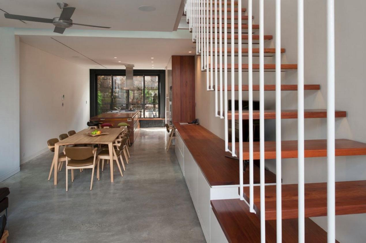 Diseño y distribución de casa larga y angosta moderno escalera y comedor