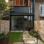 Diseño y distribución de casa larga y angosta moderno
