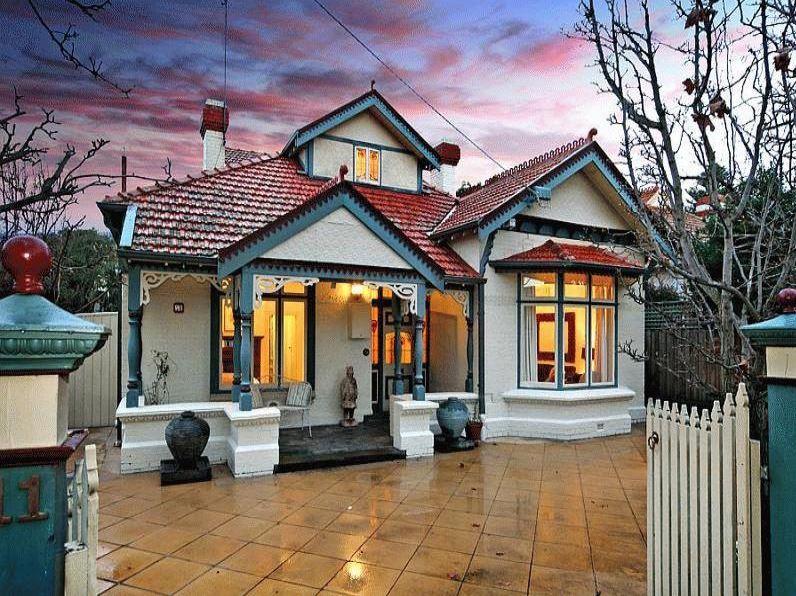 Fachada de casas con buhardilla