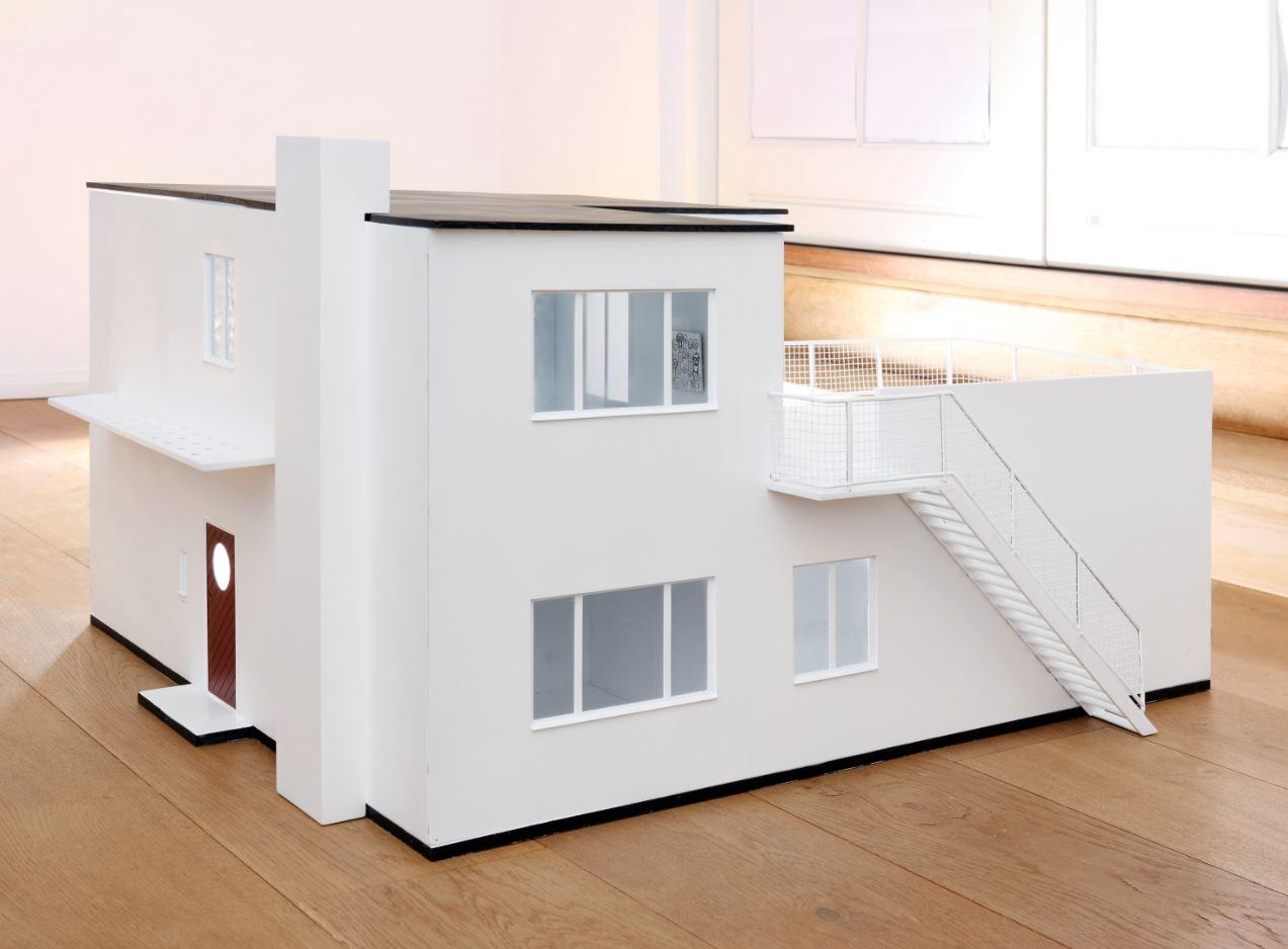 Maquetas de una casa de un terreno de 300 m2
